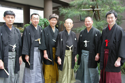 歌丸師匠を中心に門下が集合。左から、歌蔵、歌若、歌春兄さん、歌丸師匠、歌助、枝太郎。